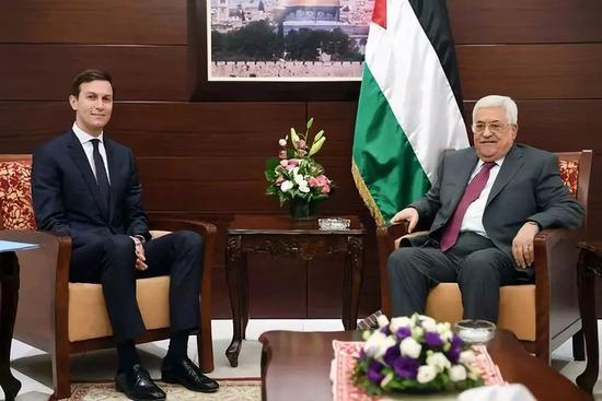 2017年6月21日,在约旦河西岸城市拉姆安拉,巴勒斯坦总统阿巴斯(右)会见到访的美国白宫高级顾问库什纳。新华社发
