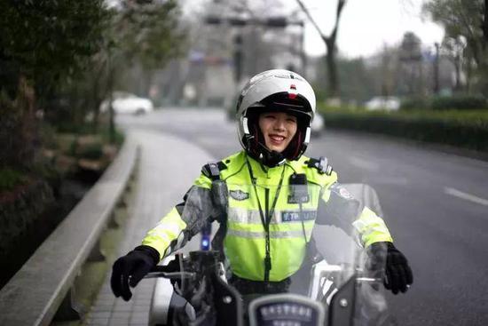 钟萍驾驶警用摩托车在执勤 本报记者 吴崇远 /摄