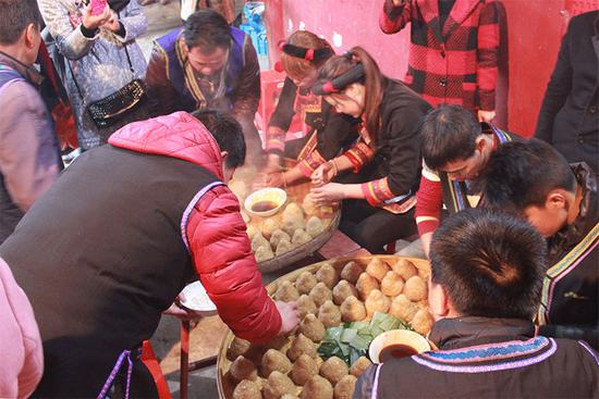 """△畲族传统节日""""三月三""""的民俗活动。"""