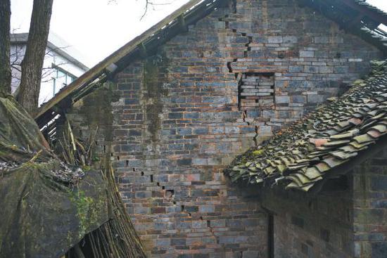 ▲一处位于中寨断裂带的房屋墙体开裂严重。