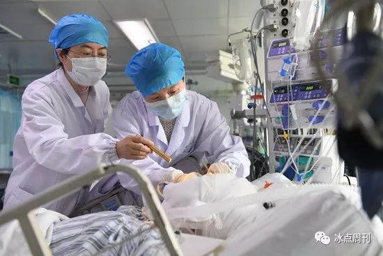3月23日,在盐城市第一人民医院重症监护室,江苏省人民医院眼科医生张薇玮(右)、李健在对受伤群众进行检查。新华社记者 季春鹏/摄