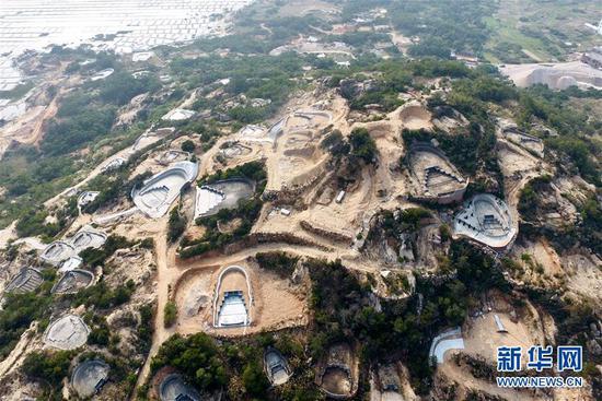 福清市龙田镇南山村海边的山上分布着众多已建成和在建的坟墓(3月14日无人机拍摄)。新华社记者 姜克红 摄
