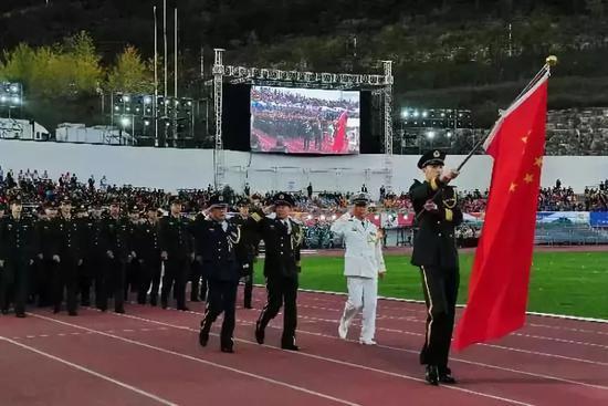 △2015年,中国人民解放军体育代表团在第六届军运会开幕式上入场
