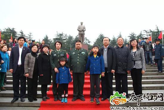 2015年4月6日,毛新宇和家人等在毛泽东铜像前