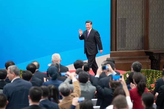 """2019年4月27日,習近平會見中外記者,介紹第二屆""""一帶一路""""國際合作高峰論壇圓桌峰會情況和主要成果。這是習近平步入記者會現場。"""