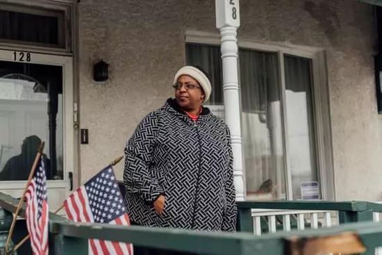 (图为凯茜·莫尔斯'Cathy Morse'站在家中的门廊上,她也想搬离切斯特,但其母亲年事已高,无法离开 图源:卫报)