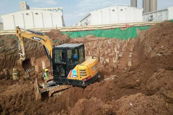 工地施工现场,密集地打了两千多个混凝土灌注桩,竟然躲开了墓穴。受访者供图