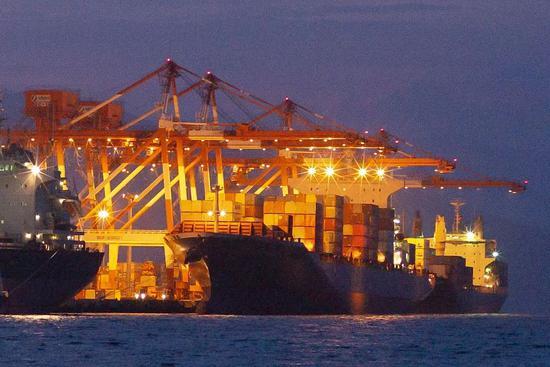 """一艘名为Bavaria的集装箱船5月30日抵达菲律宾苏比克国际码头,将运送加拿大""""洋垃圾""""返回。/视觉中国"""