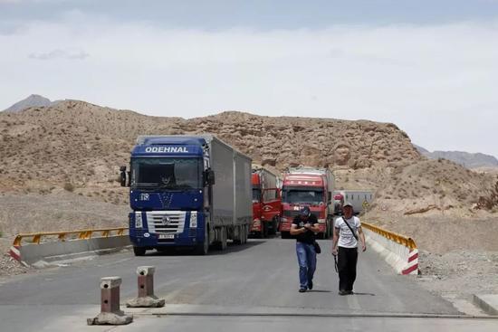 新疆口岸边检巡查。中新社记者 张浩 摄