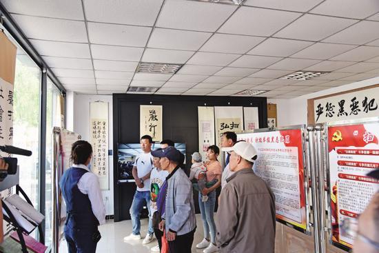 呼兰区扫黑除恶专项斗争宣传展馆,吸引很多市民参观。