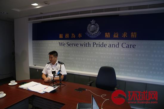 香港警务处警察公共关系科总警司谢振中接受采访。