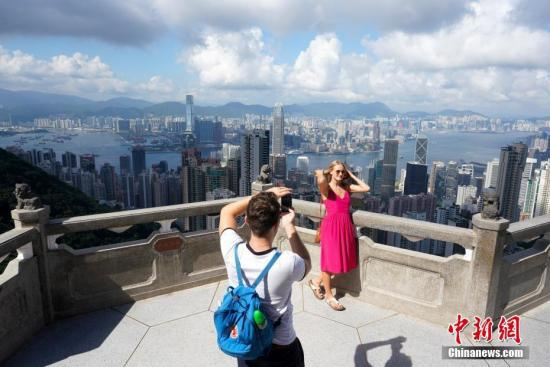 香港著名旅游景点太平山顶游客稀少。中新社记者 张炜 摄