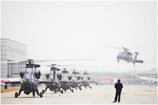 """完成飞行表演后""""风雷""""表演队直升机着陆"""