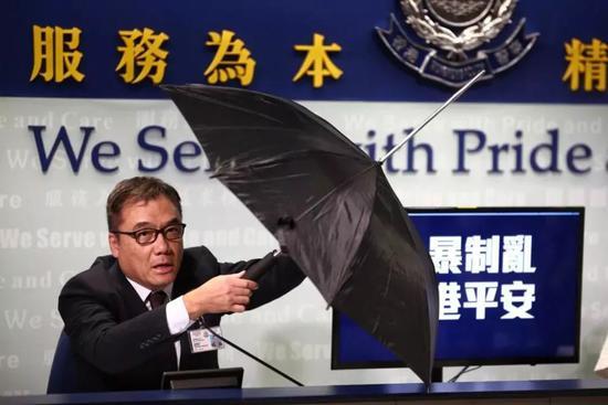 警方展示一把改装雨伞