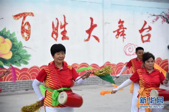 村民在山东省济宁市汶上县刘楼镇综合文化服务中心广场跳腰鼓舞(8月8日摄)。新华社记者 王凯 摄