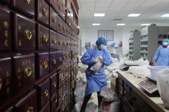 2020年3月7日,湖北省武汉市第六医院中医部,药剂师配置中药。王敬 / China Daily