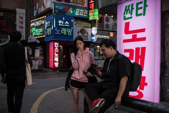 首尔街头的青年男女