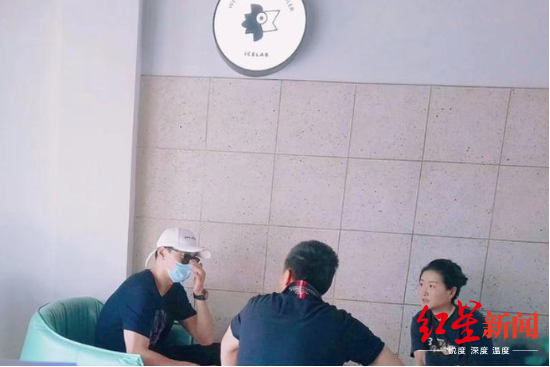 """疑似孙杨来到千岛湖景区的饮料店。图据网友""""老胡嗷嗷嗷嗷""""微博"""