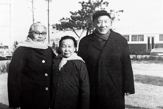 1981年11月,王定国(中)与红四方面军战友刘瑞龙、江彤夫妇合影。图/受访者提供