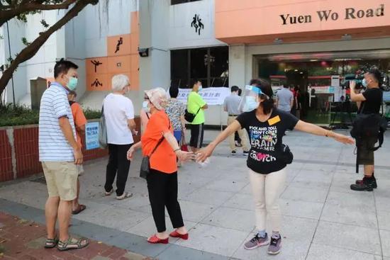 市民9月1日上午在沙田体育馆等候检测,其间保持社交距离 图 | 大公文汇全媒体