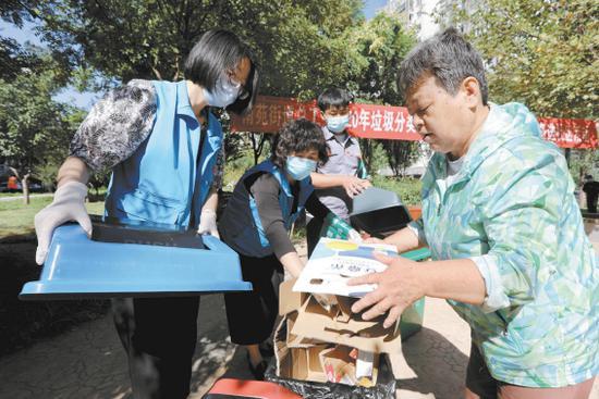北京生活垃圾分类:混装混运应为执法重点