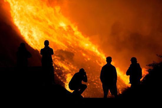 26日蓝岭地区的火势。(图源:路透社)