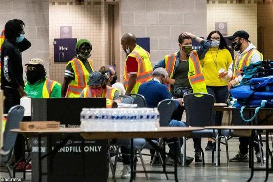 费城选举工作人员在整理和清点选票 图源:路透社