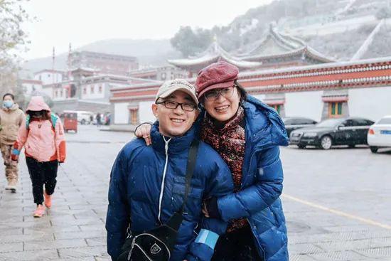 李静芝和儿子在青海塔尔寺。受访者供图