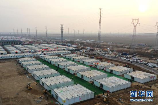 1月19日,在河北省石家庄市黄庄公寓集中隔离场所工地,工人在整理准备交付房屋的地面(无人机照片)。新华社记者 杨世尧 摄