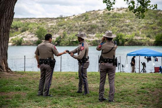得州警察在边境逮捕非法移民