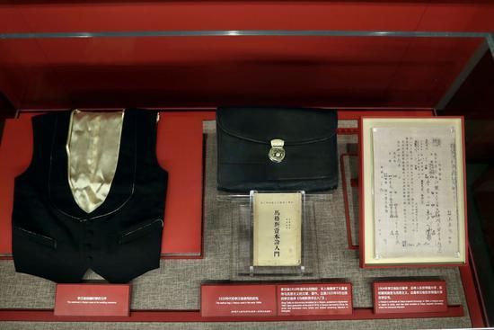 6月1日在中共一大纪念馆拍摄的李汉俊的遗物和相关展品。新华社记者 刘颖 摄