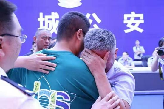 7月11日,山东、河南两地公安机关在山东省聊城市,为郭刚堂、郭新振一家人举行了认亲仪式,离散24年的家庭终获团聚。公安部 图