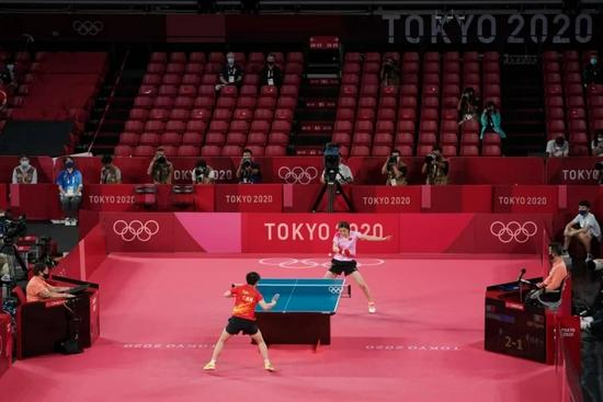 7月29日,陈梦(上)在比赛中回球。