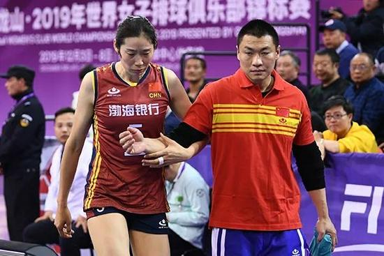·朱婷在2019年第13届世界女排俱乐部锦标赛因手腕受伤离场。图片来源:澎湃新闻。