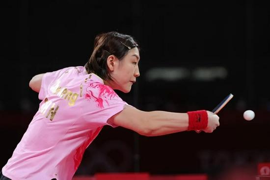 7月29日,陈梦在比赛中回球。