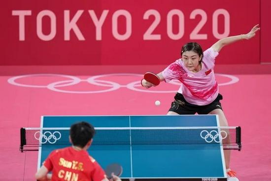 7月29日,陈梦(上)和孙颖莎在比赛中。