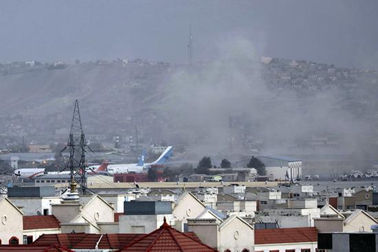 2021年8月26日,阿富汗首都喀布尔国际机场附近当天发生两起爆炸,现场升起浓烟。图|人民视觉