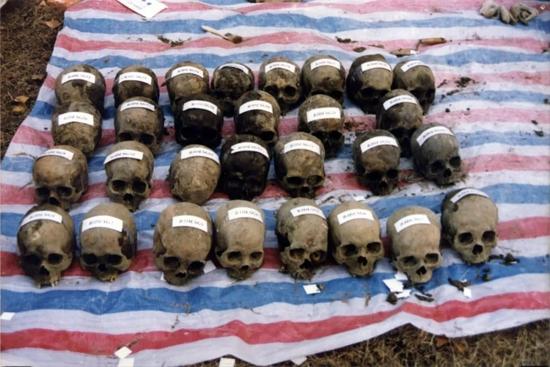 """1998年12月17日,拍摄出土的""""侵华日军1644部队细菌试验受害者头颅"""""""