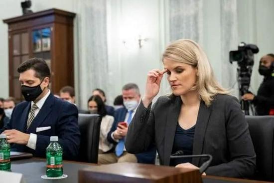 弗朗西斯·豪根出席美国国会听证会。