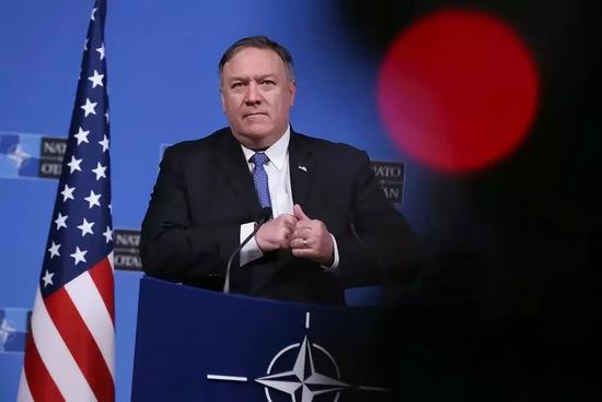 12月4日,比利时布鲁塞尔,美国国务卿蓬佩奥出席音信发布会。新华社记者叶清淡摄