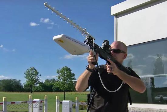 """▲美国巴特尔公司研发的""""无人机防御者""""反无人机干扰系统,外形酷似突击步枪。"""