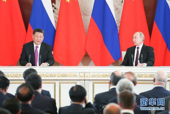 6月5日,国家主席习近平在莫斯科克里姆林宫同俄罗斯总统普京会谈。这是会谈后,两国元首共同会见记者。 新华社记者 姚大伟 摄
