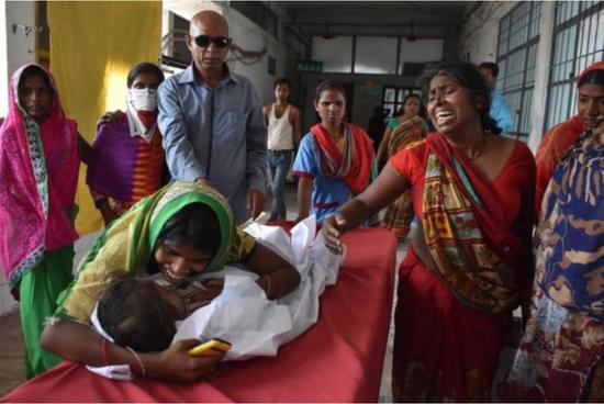 一名�和�因急性�X炎�Y候群被送至穆扎法普��市的一家�t院(�D via AFP)