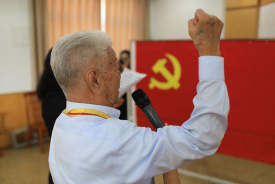 2019年,张守中成为预备党员,面对党旗肃穆宣誓。