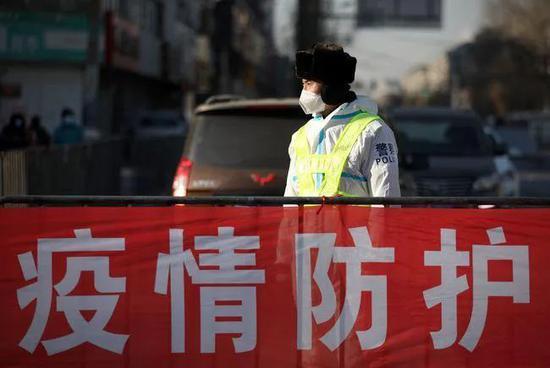 1月4日,沈阳市皇姑区塔湾街昆山西路管控区域出入口,做事人员在执勤。图源:韩国日本的一级片