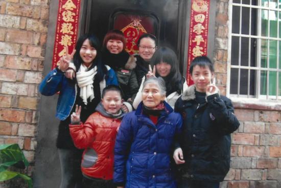 △唐才英老人和家中小孩子的合影(右一为张佳港)图片来源/江西消防