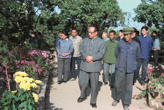 1983年12月,谷牧(前排左)到福建百花村参不悦目,指出要把花卉事业搞好,为美化人民生活和出口创汇作贡献。