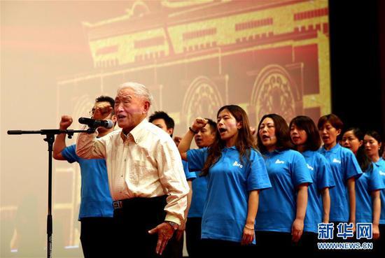 牛犇庄严宣誓,加入中国共产党。新华社记者 任珑 摄