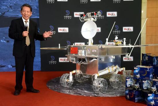 ▲资料图片:2018年8月15日,中国工程院院士、中国探月工程总设计师吴伟仁在启动仪式上介绍嫦娥四号月球车。(视觉中国)