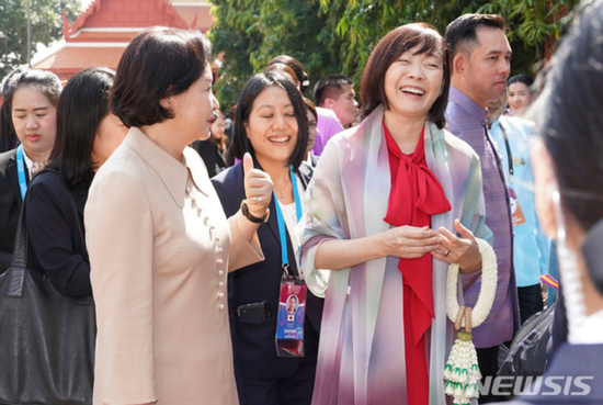 4日,韩日第一夫人在曼谷边走边聊,气氛愉悦。(纽西斯通讯社)